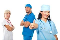 Erfolgreiche Gruppe Doktoren geben Daumen Stockfoto