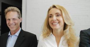 Erfolgreiche Gruppe Geschäftsleute mischen Rennen in glücklichem lächeln des modernen Büros männliche und weibliche Kollegen stock video