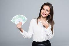 Erfolgreiche junge Frau, die auf den Euro lokalisiert auf weißem Hintergrund zeigt Lizenzfreie Stockfotografie