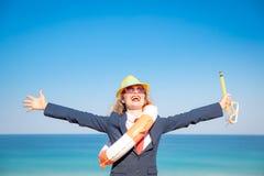 Erfolgreiche junge Geschäftsfrau auf einem Strand stockfotografie