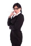 Erfolgreiche junge Geschäftsfrau, die eine Zigarette anhält Stockbilder