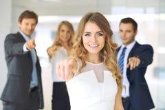 Erfolgreiche junge Geschäftsleute, die durch Finger in Kamera zeigen lizenzfreie stockbilder