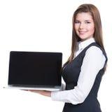 Erfolgreiche junge Geschäftsfrau, die Laptop hält. Lizenzfreie Stockfotos