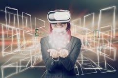 Erfolgreiche junge muslimah Geschäftsfrauen, die Kopfhörer der virtuellen Realität über abstraktem Doppelbelichtungshintergrund t Stockfoto