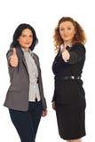 Erfolgreiche Leitprogrammfrauen gibt Daumen Stockbild