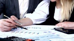 Erfolgreiche Leute, die Geschäftsdiagramme besprechen stock video