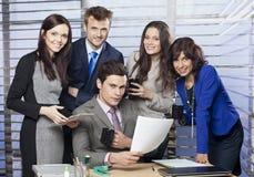 Erfolgreiche Managereinfassung durch sein Geschäftsteam Lizenzfreies Stockbild