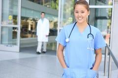 Erfolgreiche medizinische Frauen-Krankenschwester am Krankenhaus Lizenzfreie Stockbilder