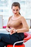 Erfolgreiche moderne Geschäftsfrau auf dem Stuhl stockfotos