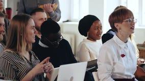 Erfolgreiche multiethnische Gruppe Geschäftsleute sitzen auf Seminar bei der modernen Bürokonferenz E stock video footage