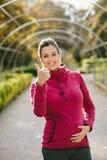 Erfolgreiche schwangere Eignungsfrau lizenzfreies stockfoto