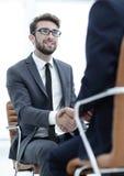 Erfolgreiche Sitzungen von Geschäftsmännern im Büro stockfotografie