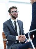 Erfolgreiche Sitzungen von Geschäftsmännern im Büro lizenzfreie stockbilder