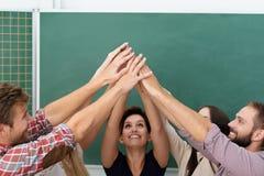 Erfolgreiche Teamwork im Klassenzimmer Stockbild