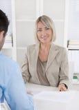Erfolgreiche und lächelnde Mitte alterte Geschäftsfrau in führendem posi Lizenzfreie Stockfotos