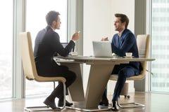 Erfolgreiche Unternehmer, die Perspektiven analysieren lizenzfreies stockfoto