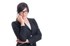 Erfolgreiche Verkäuferin, die am Telefon spricht Stockfoto