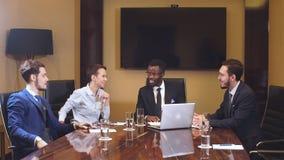 Erfolgreicher afrikanischer Führer Business Man bei der Sitzung stock footage