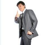 Erfolgreicher asiatischer Geschäftsmann, der Daumen aufgibt Lizenzfreie Stockfotos