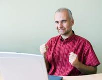Erfolgreicher Büroangestellter Stockbild