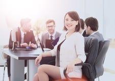 Erfolgreicher Buchhalter der jungen Frau im Arbeitsplatz und im busin Lizenzfreie Stockfotos