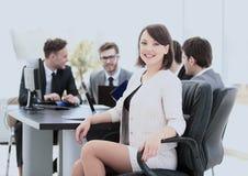 Erfolgreicher Buchhalter der jungen Frau im Arbeitsplatz und im busin Stockbild