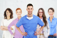 Erfolgreicher Doktor, der eine Gruppe führt Stockfotografie