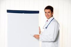 Erfolgreicher Doktor mit einer Flip-Chart für lizenzfreie stockfotos
