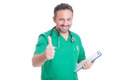 Erfolgreicher Doktor oder Mediziner, die wie Geste darstellen Lizenzfreie Stockbilder