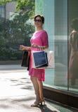 Erfolgreicher Einkaufstag für eine Frau Lizenzfreies Stockbild