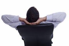 Erfolgreicher entspannender Geschäftsmann, von der Rückseite Stockfotografie