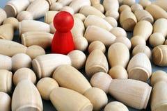 Erfolgreicher Führer im Geschäft Rote hölzerne Figürchen Wettbewerbsvorteil lizenzfreies stockbild