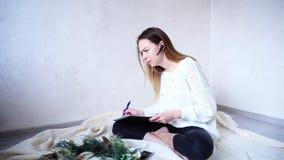 Erfolgreicher Frauenphotograph vereinbart Sitzungen auf bluetooth hea stockfotografie