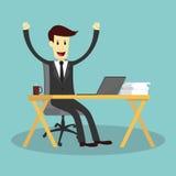 Erfolgreicher Geschäftsmann auf Arbeitsschreibtisch und Fühlen glücklich Stockbilder