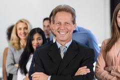 Erfolgreicher Geschäftsmann-Chef-Over Businesspeople Group-Hintergrund, reifer Führer With Business People Team Confident Hold stockfotografie