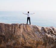 Erfolgreicher Geschäftsmann der Freiheit über einem hohen Berg stockbilder