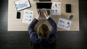 Erfolgreicher Geschäftsmann, der Geld, Einkommen vom lukrativen Geschäft, Draufsicht zählt stockfoto