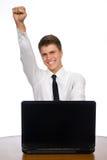 Erfolgreicher Geschäftsmann, der an Laptop arbeitet. Stockfotografie