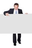 Erfolgreicher Geschäftsmann, der leere Fahne darstellt Lizenzfreies Stockfoto