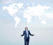 Erfolgreicher Geschäftsmann, der zur Welt schreit lizenzfreies stockbild