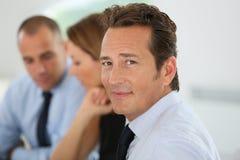 Erfolgreicher Geschäftsmann mit Team Lizenzfreies Stockfoto