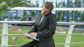 Erfolgreicher Geschäftsmann Talking On das Telefon stock video footage