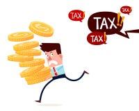 Erfolgreicher Geschäftsmann tragen Stapel Goldmünzen, die weg von dem Zahlen von Steuern laufen Lizenzfreie Stockbilder