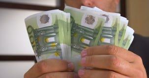 Erfolgreicher Geschäftsmann zählt Geld stock video