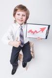 Erfolgreicher Geschäftsmann zeigt ein Diagramm des Gewinn-Wachstums Stockfotos
