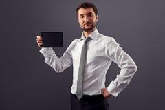 Geschäftsmann, der Schirm seinen Tablette-PC zeigt Lizenzfreie Stockbilder