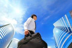 Erfolgreicher Geschäftsmann draußen nahe bei Bürogebäude Stockbild