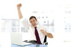 Erfolgreicher junger Geschäftsmann am Arbeitsplatz Lizenzfreie Stockfotos