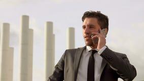 Erfolgreicher junger Geschäftsmann, der am Handy spricht stock video