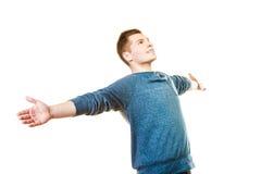 Erfolgreicher junger Mann des glücklichen Mannes mit den Armen angehoben Stockfotos